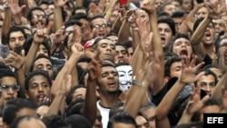 Manifestantes egipcios gritan consignas antiestadounidenses durante una protesta convocada enfrente de la embajada de EE.UU. en El Cairo, Egipto.