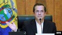 El ministro ecuatoriano de Exteriores, Ricardo Patiño, ofrece una rueda de prensa en Hanoi, Vietnam, el 24 de junio del 2013. Patiño, que realiza una visita al país del 21 al 25 de junio, explicó la postura de su país respecto a la solicitud de asilo de E