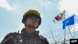 Un soldado surcoreano custodia el lugar donde se realizan trabajos de limpieza de minas en Cheorwon, al sur de la Zona Desmilitarizada que divide a las dos Coreas.