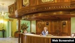 Los cubanos suelen utilizar servicios del hotel como acceso a WiFi, tienda y farmacia.