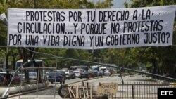 Aspecto de una barricada en una vía principal del sector El Cafetal en Caracas (Venezuela).
