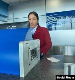 En esta foto, tomada por Claudia Márquez en el Aeropuerto de Panamá y publicada en su cuenta de Facebook, aparece la supervisora no identificada de Copa Airlines que le dijo que Cuba se arroga el derecho de decidir quién entra al país.