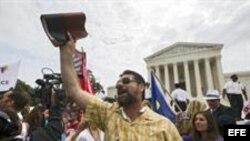 Frente al Tribunal Supremo en Washington, cientos de personas celebran la decisión de los jueces de legalizar el matrimonio homosexual.