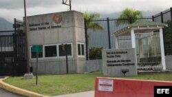 Vista de la fachada de la embajada de Estados Unidos en Caracas.