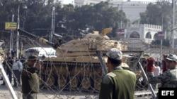Un tanque del ejército egipcio en las inmediaciones del Palacio Presidencial, donde se produjeron choques violentos entre partidarios y opositores del presidente egipcio, Mohamed Morsi.