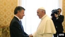 El papa Francisco (dcha) conversa con el presidente de Colombia, Juan Manuel Santos, durante una audiencia privada en el Vaticano, hoy, lunes 15 de junio de 2015. EFE/Alessandro Di Meo/Pool.