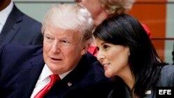 El presidente estadounidense, Donald J. Trump (i), y la la embajadora de EE.UU. ante la ONU, Nikki Haley (d), asisten a una reunión sobre la necesidad de reformas en el funcionamiento de la ONU, en la víspera de la celebración de su Asamblea General, en l