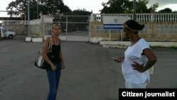 Reporta CubaEralides Frometa (izq) y Jacqueline Boni (der) frente al VIVAC. Foto Lázaro Yuri Valle.