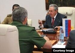 Raúl Castro en conversaciones con el ministro de Defensa de Rusia, Serguei Shoigu.
