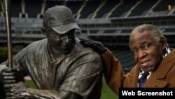 "Orestes ""Minnie"" Miñoso junto a su estatua en el U.S. Cellular Field de Chicago."