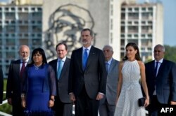 """Los Reyes Felipe VI y Letizia despositan una ofrenda floral en la plaza cívica José Martí, apodada por el régimen """"Plaza de la Revolución"""". (Yamil Lage/AFP)"""