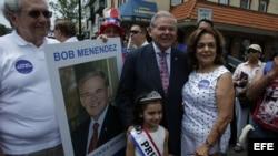 Residentes de New Jersey con el senador Bob Menendez, en el desfile cubano de NJ.