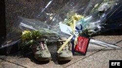 Fotografía que muestra varias ofrendas en memoria de una de las tres víctimas de los atentados del maratón de Boston.