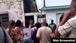 Policías de civil, la presidenta del Poder Popular de Colón Madelín Glez Rojas y el primer secretario del PCC del municipio participan en un acto de repudio contra Yurina Herrera.