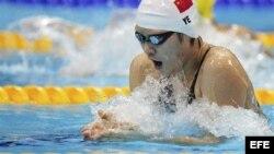 La nadadora china Shiwen Ye compite en una de las series clasificatorias de los 200m estilos de los Juegos Olímpicos de Londres 2012. EFE/Hannibal