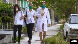 Médicos cubanos realizan pesquisas en El Vedado La Habana