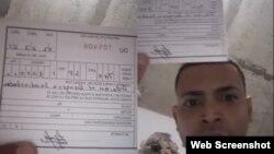El activista, Adrián Góngora, muestra la multa de 3000 pesos que le impuso el régimen por grabar colas para comprar comida