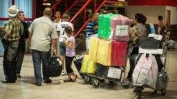 Cubanos hacen fila para chequear en Aduana en el aeropuerto Internacional José Martí de La Habana. (AFP/Adalberto Roque/Archivo)