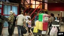 Cubanos hacen fila en la Aduana del Aeropuerto Internacional José Martí de La Habana (Foto Archivo/AFP).