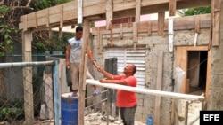 Ciudadanos construyen viviendas en Habana