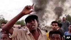 Escena tomada de un video durante una protesta este lunes en Jartum, Sudán. (New Sudan NNS via AP)