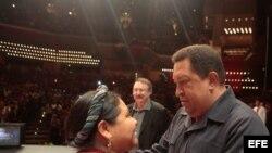 """Archivo - Hugo Chávez, junto a Rigoberta Menchú, durante un acto de clausura del, hace unos años, del """"Foro de Sao Paulo"""" en Caracas."""