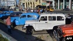 Viejos automóviles utilizados en el servicio de taxis privados en Cuba. (Archivo)