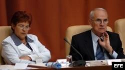 La ministra cubana de Finanzas y Precios, Lina Olinda Pedraza Rodríguez (izq).