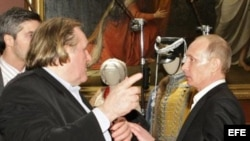 El presidente ruso Vladimir Putin (d) junto al acto fránces Depardieu