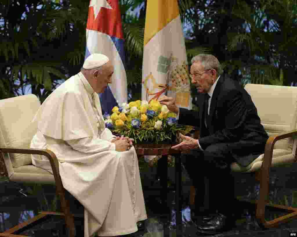El papa Francisco y Raúl Castro conversan en su encuentro en La Habana