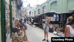 Cuentapropistas venden sus productos en una calle de La Habana. (Foto: Serafín Morán)