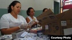 Médicos y enfermeras preparan vacunas contra la fiebre amarilla en un hospital de la ciudad de Goiania, capital del estado de Goiás (Brasil).