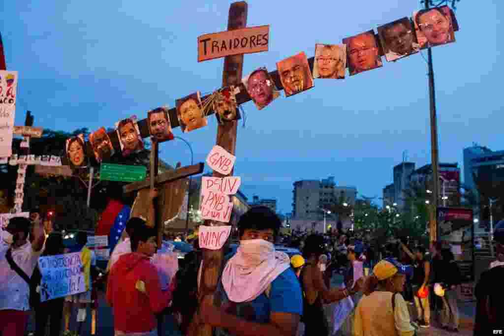 Manisfetaciones de protestas contra el gobierno de Maduro