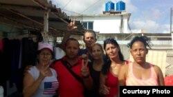 Activistas respaldan a una familia amenazada de desalojo