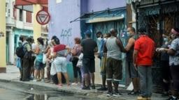 Imagen ilustrativa. Una cola para comprar alimentos en una calle de La Habana. (Yamil Lage/AFP)