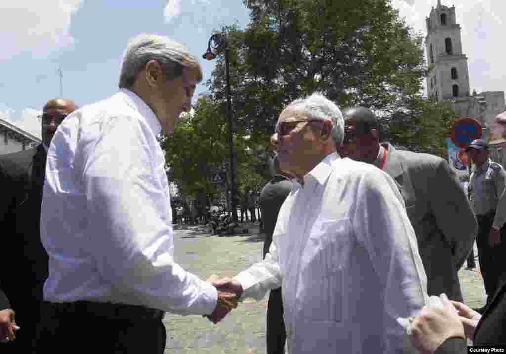 Kerry saluda en La Habana al historiador Eusebio Leal.