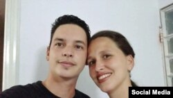 Yoe Suárez junto a su esposa, María Antonieta Colunga. (Foto: Yoe Suárez/Facebook)
