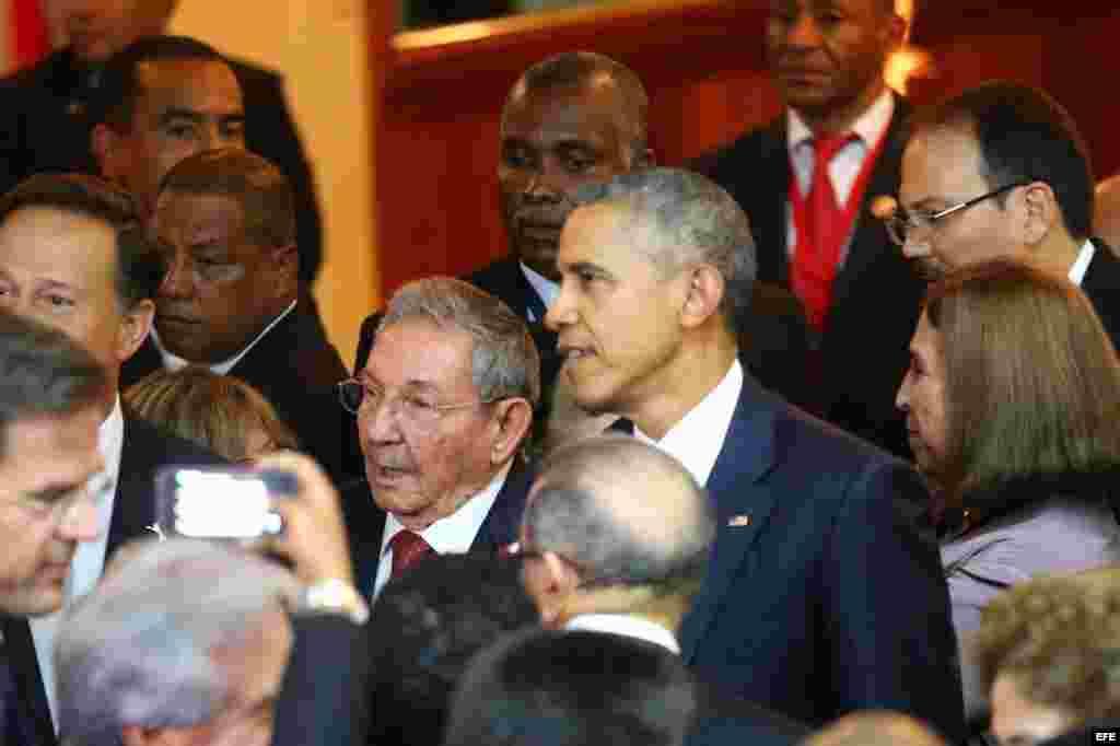 Encuentro informal del presidente Obama y el general Raúl Castro, en la Cumbre de las Américas, Panamá 2015.
