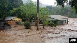 Inundaciones y destrozos provocados por el huracán Iota en Guatemala, el 18 de noviembre de 2020. (AFP Photo/Ejército de Guatemala).