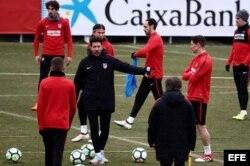 Diego Pablo Simeone (c), se dirige a sus jugadores.