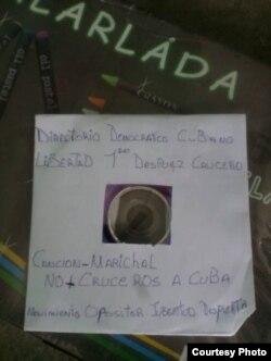 """Uno de los DVD con la canción """"No más cruceros a Cuba"""" del rapero Marichal, repartido en Cienfuegos."""