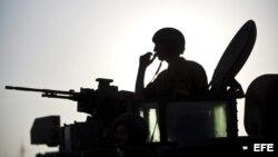 Carros de combate israelíes abandonan la base militar de Kissufim, cerca de la frontera con la Franja de Gaza, Israel.