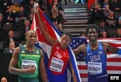 El ganador de la medalla de oro Juan Miguel Echevarría (C) de Cuba; el medallista de plata Luvo Manyonga (L) de Sudáfrica; y el ganador de la medalla de bronce Marquis Dendy (R) de EEUU.