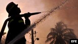 Bomberos cubanos intentan sofocar un incendio