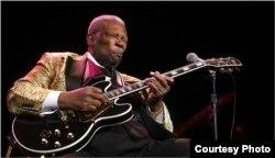 """B.B. King """"discute"""" con Lucille, su guitarra Gibson."""