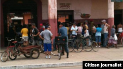 Reporta Cuba. Colas para comprar papas en Colón. Foto: Carlos Olivera.