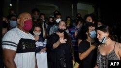 Tania Bruguera entre los manifestantes ante el MINCULT.