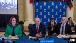 De izq. a der., la excanciller ecuatoriana María Fernanda Espinosa; el embajador peruano en EEUU, Hugo de Zela, y el actual secretario general de la OEA, Luis Almagro, en la sede de la organización en Washington, DC, el miércoles 12 de febrero del 2020.