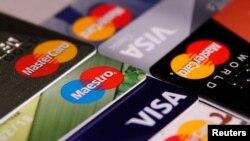 Foto ilustración de tarjetas de crédito de las compañías Visa y Mastercard.
