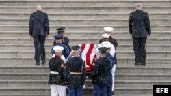Llegada del feretro del senador John McCaina la capilla ardiente en el Capitolio